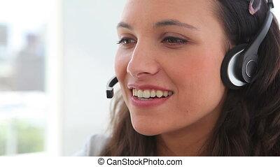 elle, casque à écouteurs, sourire, femme affaires, pourparlers