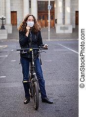 elle, caucasien, protecteur, porter, vélo, rues, écouteurs, femme, masque