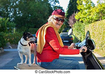 elle, cavalcade, chien, personnes agées, scooter, dame, prendre