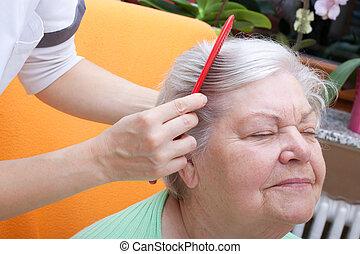 elle, cheveux, par, peigner, personne agee, infirmière