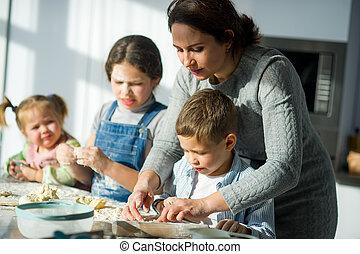 elle, comment, mère, enseigne, enfants, cook.