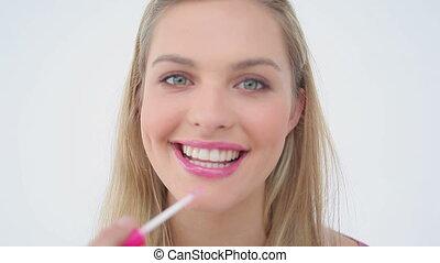 elle, demande, lèvres, lustre lèvre, femme souriante, blond