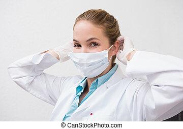 elle, dentiste, chirurgical, mettre, masque