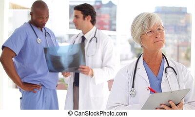 elle, docteur, écriture, presse-papiers, pensif