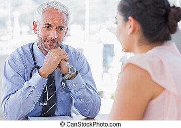 elle, docteur, patient, expliquer, écoute, douloureux, sérieux