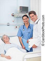 elle, docteur, regarder, infirmière, appareil photo, patient