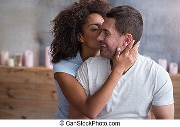elle, donner, enchanté, baiser, girl, mari, heureux