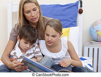 elle, enfants, mère, livre, lecture, lit