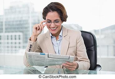 elle, femme affaires, bureau, journal, sourire, lecture
