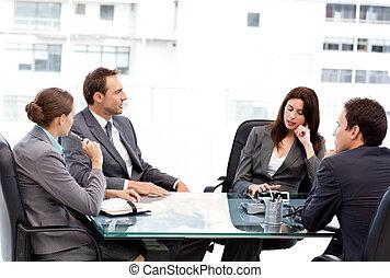 elle, femme affaires, conversation, pensif, équipe, pendant, réunion