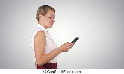 elle, femme affaires, jeune regarder, longueur, téléphone, ...