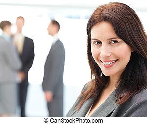 elle, femme affaires, poser, équipe, devant, charismatic