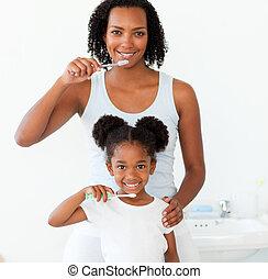 elle, fille, brossant dents, leur, mère