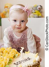 elle, gâteau anniversaire, portrait, girl, enfantqui commence à marcher