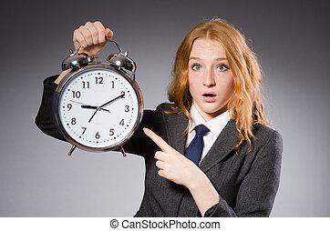 elle, horloge, être, femme affaires, deliverables, tard