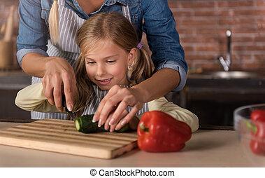 elle, impliqué, découpage, concombre, mère,  girl, heureux