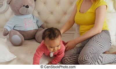 elle, jeune, bébé, mère, amusement, maison, avoir