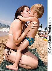 elle, jeune, fils, mère, baisers, plage