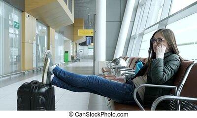 elle, jeune, hall., séance femme, attente, aéroport, vol, percé