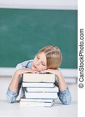 elle, jeune, livres, endormi, étudiant, baissé