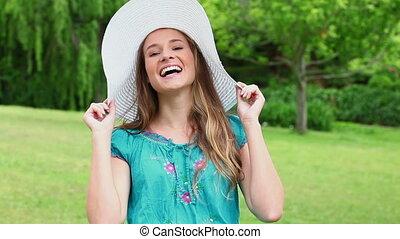 elle, lancement, femme, chapeau, jeune, heureux