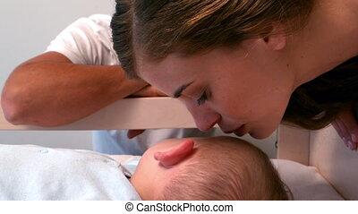 elle, mère, bébé, baisers, bonne nuit
