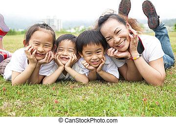 elle, mère, day., champ, vert, asiatique, mère, enfants, heureux