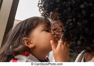 elle, mère, donner, baiser, peu, adorable, girl