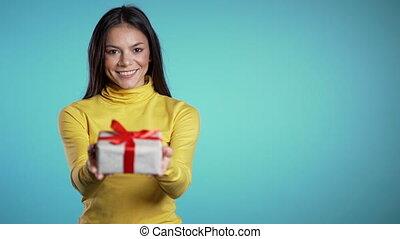 elle, mélangé, bleu, heureux, vacances, girl, cadeau, il, mains, appareil-photo., arrière-plan., métrage, sourire., course, donne, positif, femme