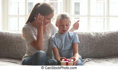 elle, main, mère, yeux, présentation, couverture, cadeau,...