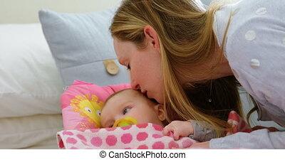 elle, maison, mère, dorlotez garçon, baisers, 4k