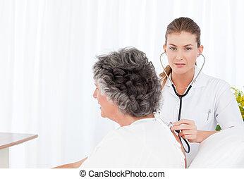 elle, malade infirmière, soin prenant