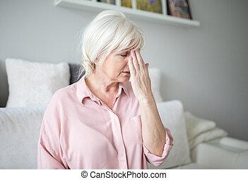elle, migraine, front, toucher, personne agee, dame