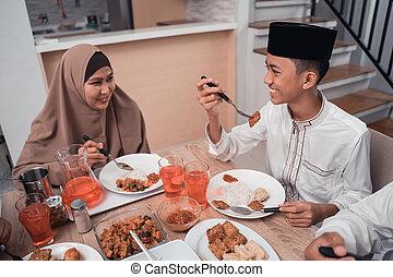 elle, musulman, quoique, ensemble, fils, conversation, dîner, mère, avoir