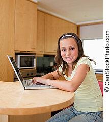 elle, ordinateur portable, girl, table cuisine