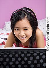 elle, ordinateur portable, jeune, chambre à coucher, utilisation, girl