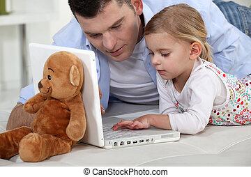 elle, ordinateur portable, jeune, père, girl, jouer
