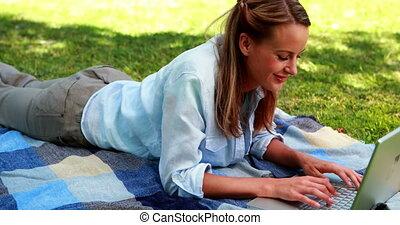 elle, ordinateur portable, joli, utilisation, lyin, blond