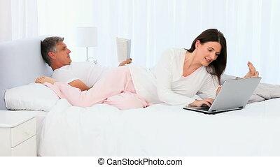 elle, ordinateur portable, mari, quelque chose, projection, femme