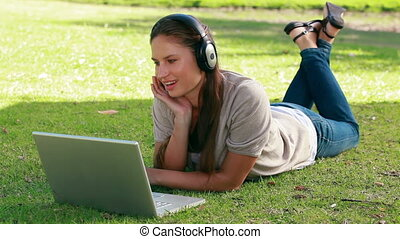 elle, ordinateur portable, musique, femme, devant, écoute