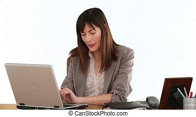 elle, ordinateur portable, rire, femme affaires, devant