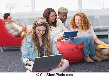 elle, ordinateur portable, utilisation, mode, étudiant