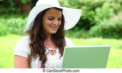 elle, ordinateur portable, utilisation, sourire, brunette, femme