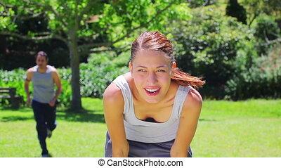 elle, petit ami, attente, jogging, après, femme, jeune