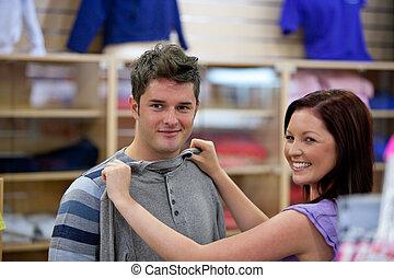 elle, petit ami, mignon, choisir, vêtements, femme, magasin
