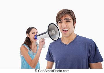 elle, petit ami, par, porte voix, hurlement, femme