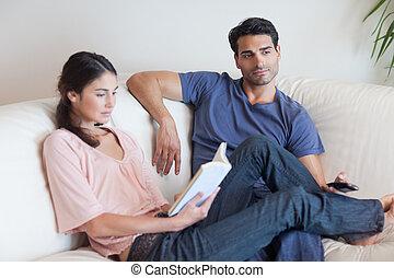 elle, petit ami, quoique, livre lecture, télévision regardant, femme