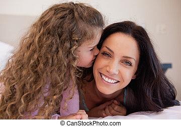elle, peu, fille, mère, donner, baiser