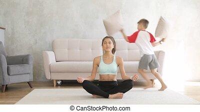 elle, play., essayer, courant, maman, méditer, femme, aroung, fils, maison