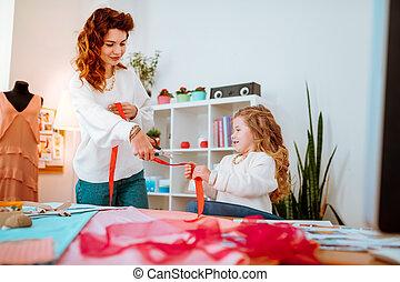 elle, portion, découpage, maman, concevoir, girl, ruban, vêtements